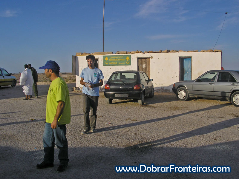 Tratando da documentação na fronteira da Mauritânia com Marrocos