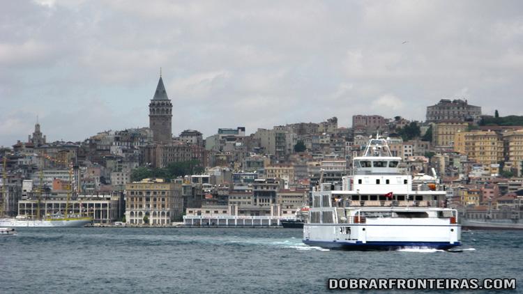 Barco no Bósforo, com a torre Galata ao fundo, Istambul