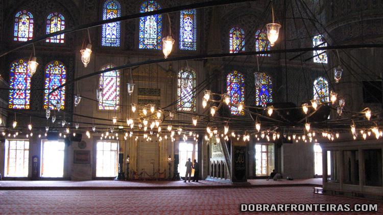 Interior da mesquita de Sultanahmet (mesquita azul) em Istambul, Turquia