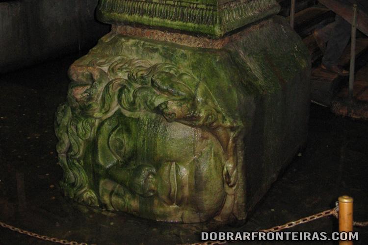 Cabeça de Medusa na cisterna da Basílica em Istambul