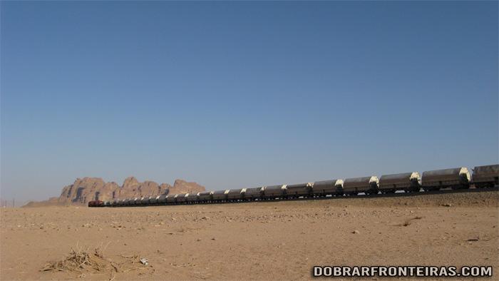 Um comboio de mercadorias cruza do deserto na Jordânia