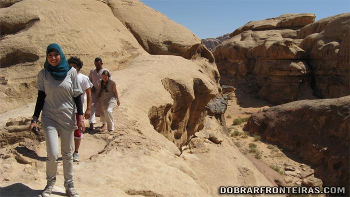 Subida ao arco de Burdah no deserto de Wadi Rum