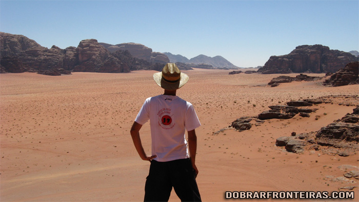 Fabulosa vista do deserto de Wadi Rum, do topo de uma duna