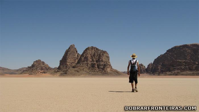 O caminhante solitário em Wadi Rum