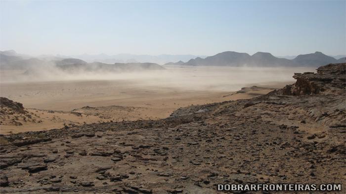 Uma tempestade de areia que se aproxima em Wadi Rum