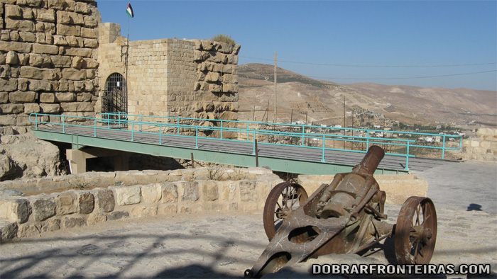Canhão à entrada do castelo de Kerak, Jordânia
