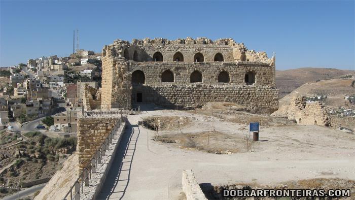 Pátio no interior do castelo de Kerak, parcialmente em ruínas