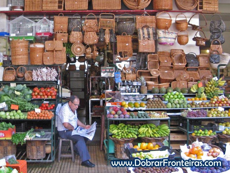 Frutas e cestaria típica no mercado dos lavradores