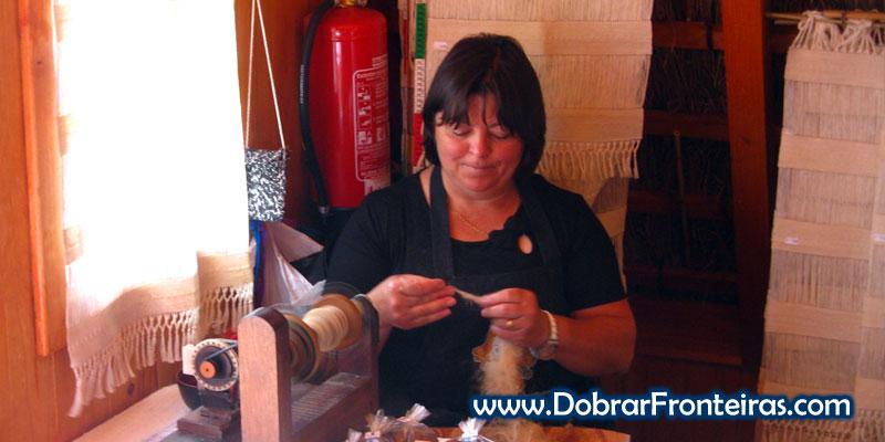 Mulher a fiar linho em Santana, ilha da Madeira