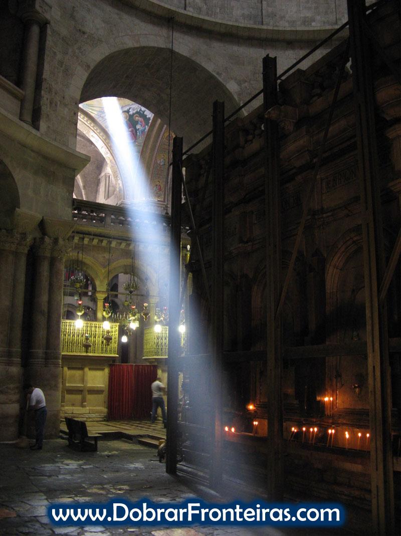 Uma luz divina entra na basílica do Santo Sepulcro