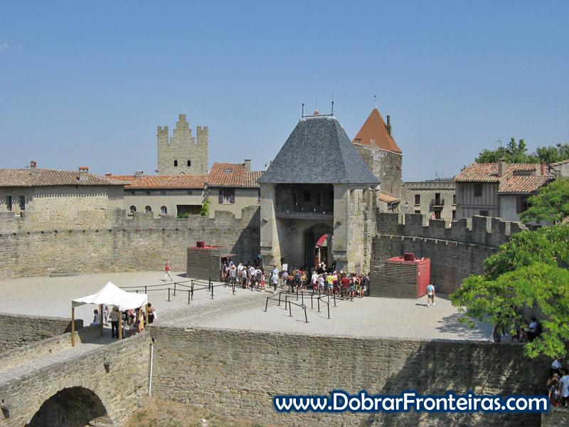 Visitantes no castelo medieval de Carcassone em França