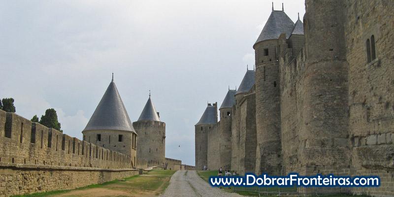 Monumentais muralhas cercam a cidade de Carcassone