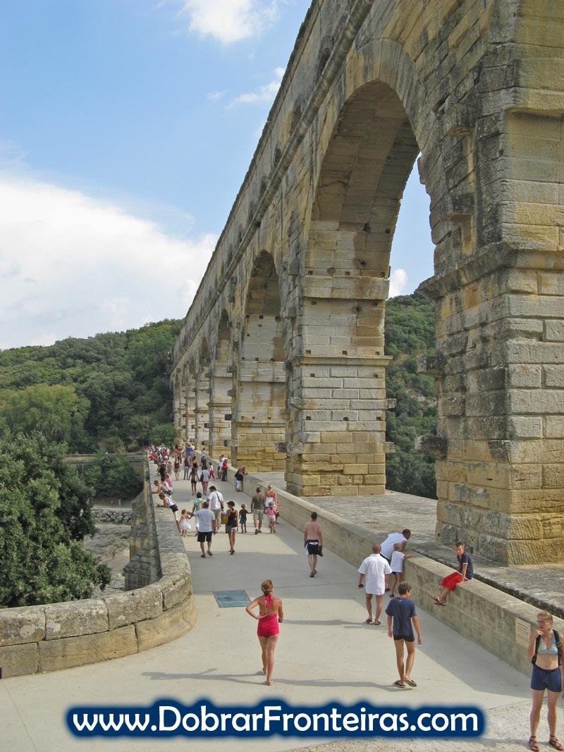 Visitantes caminhando na Pont du Gard em França