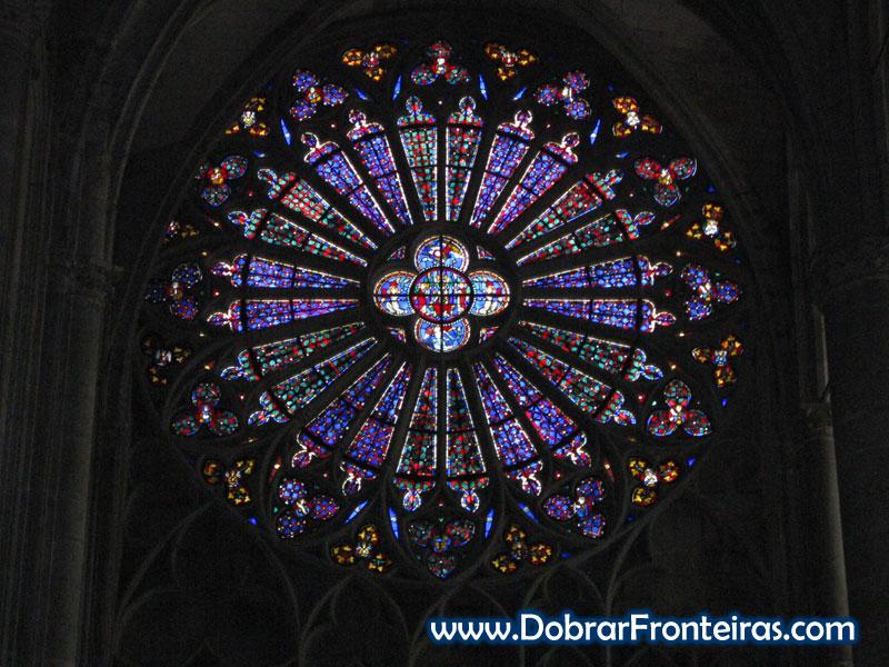 Vitral na catedral gótica de Carcassone, França