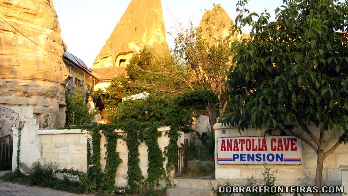 Entrada modesta da Anatolia Cave Pension, onde fiquei