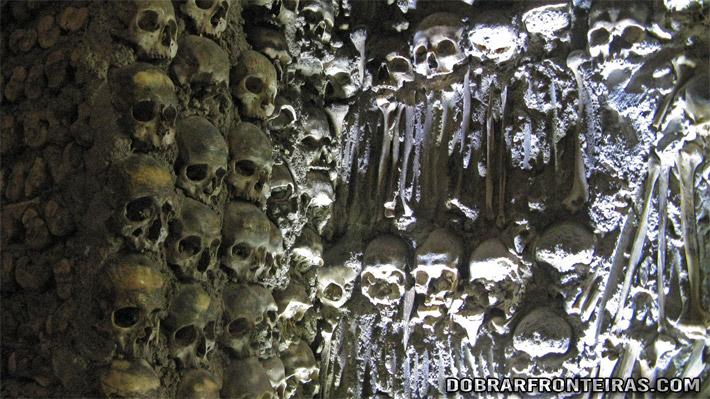 Interior macabro da Capela dos Ossos em Évora