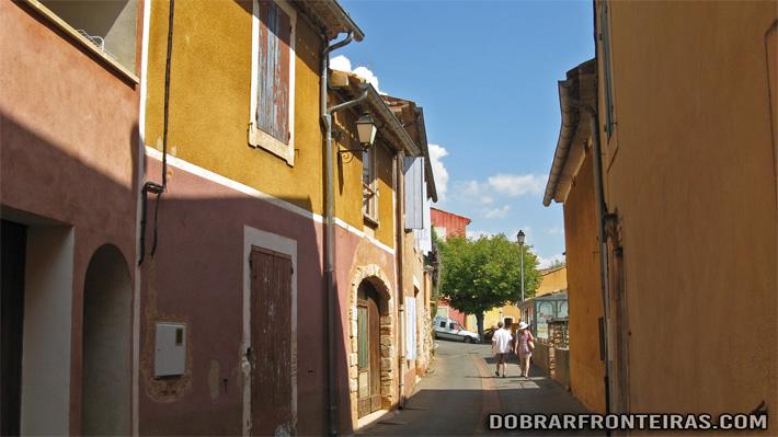 Rua de Roussillon, em tons de ocre