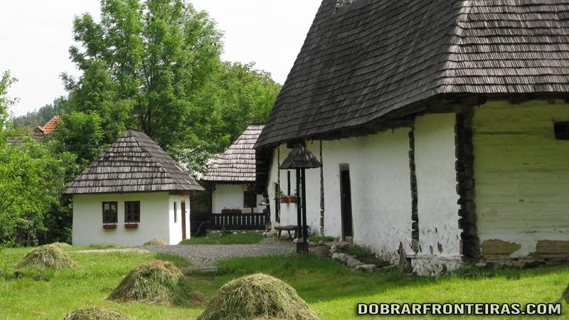Casas típicas no museu nacional de Bran, Roménia