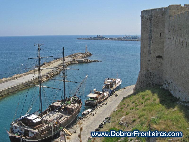 Veleiro atracado junto ao forte de Cirénia