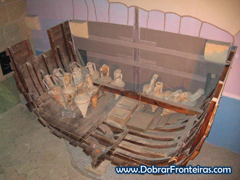 Reconstrução de barco romano no forte de Cirénia