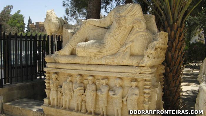 Obra arqueológica à entrada do museu de Palmira, Síria