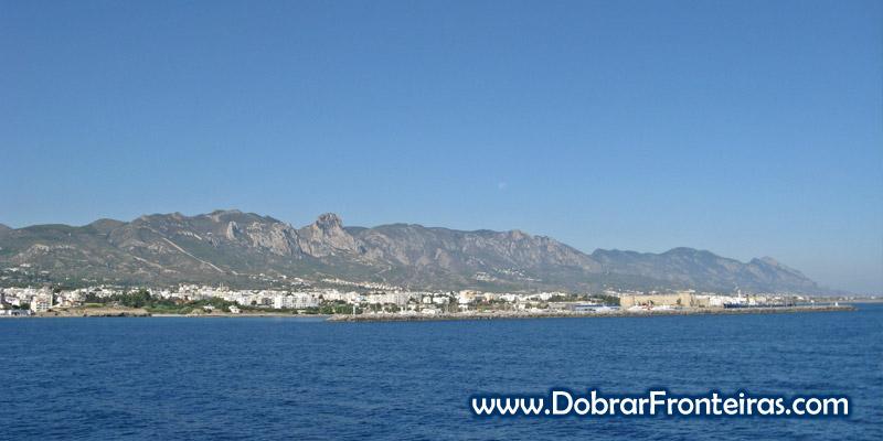 Chegada de barco a Cirénia, Chipre, vindo da Turquia
