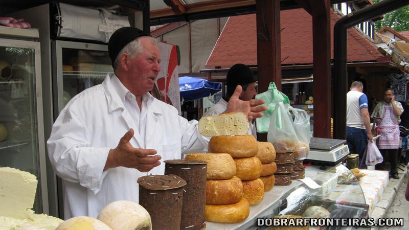 Vendedor de queijo na vila de Bran, Roménia