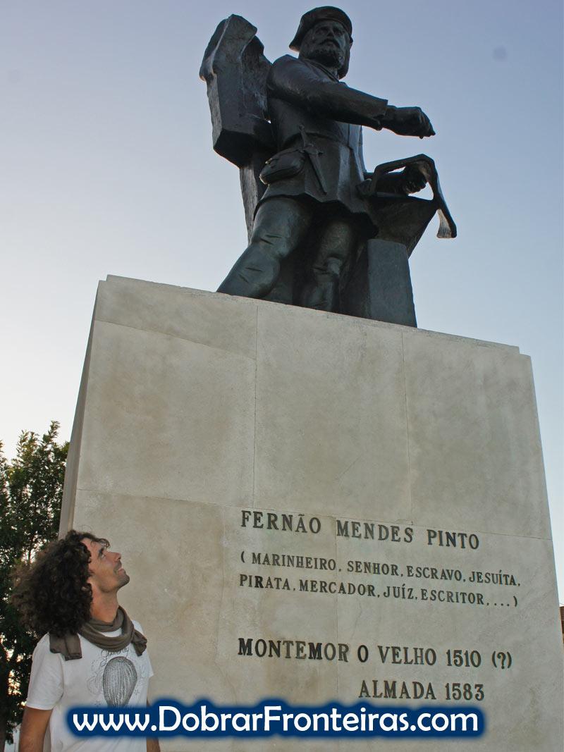 Estátua de Fernão Mendes Pinto em Almada