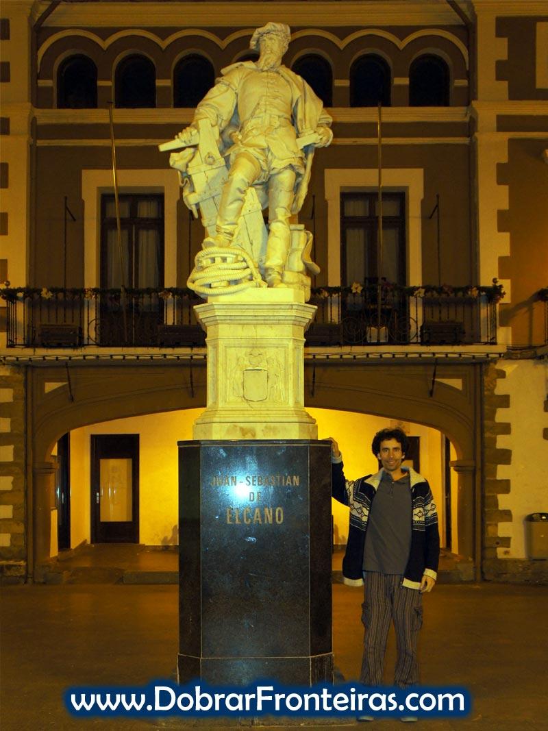 Estátua de Juan Sebastián Elcano em Getaria, Espanha