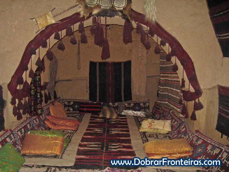 Interior de uma casa colmeia no sul da Turquia