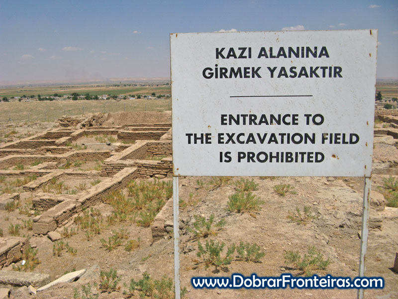 Painel na zona de escavação das ruínas da cidade de Harran na Turquia