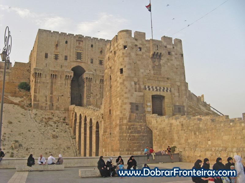 Porta de acesso à grande cidadela de Aleppo