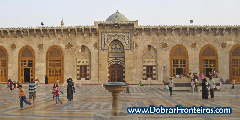 Crianças a brincar no pátio da grande mesquita de Aleppo
