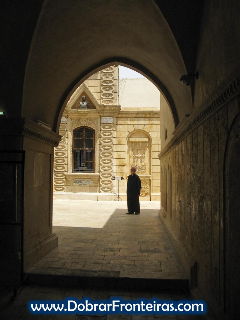 Padre cristão numa igreja de Aleppo, Síria