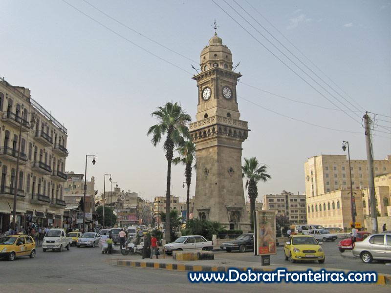Torre do relógio na cidade síria de Aleppo
