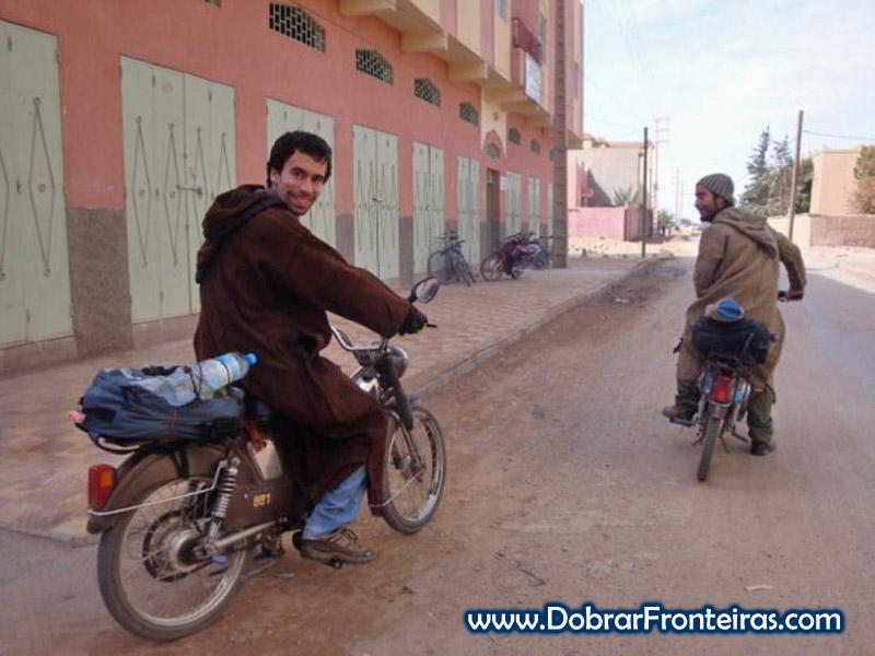 A mochila na mota, em Erfoud, Marrocos