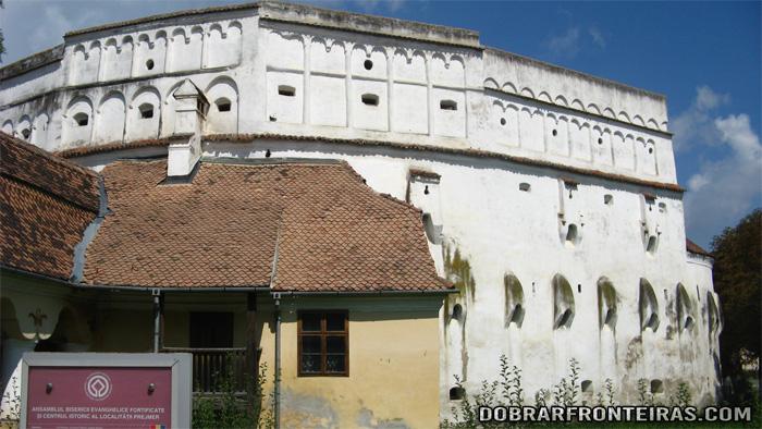 Vista exterior da igreja fortificada de Prejmer na Transilvânia, Roménia