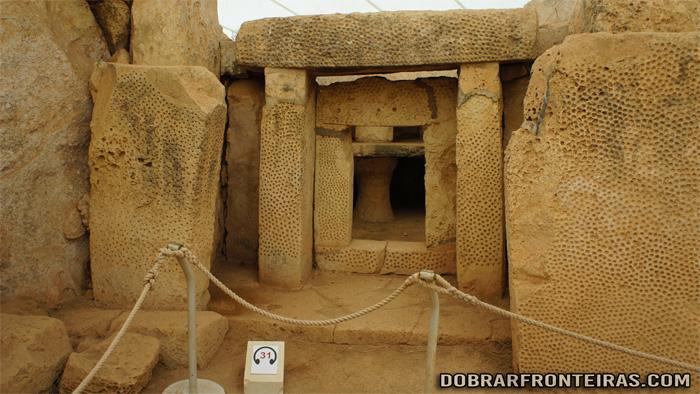 Interior do templo megalítico de Mnajdra na ilha de Malta