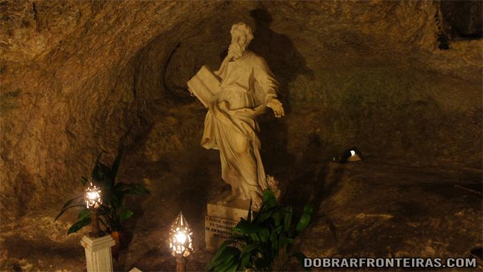 Estátua de São Paulo na gruta onde viveu em Rabat, Malta