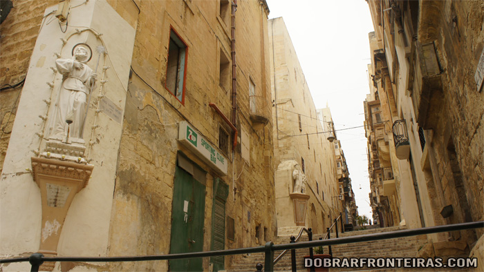 Estátua de santo em rua de Valletta, Malta