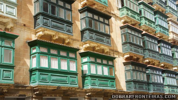 Varandas típicas dos edifícios de Valletta, Malta