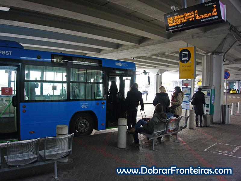 Autocarro no aeroporto de Budapeste com destino a Kőbánya-Kispest