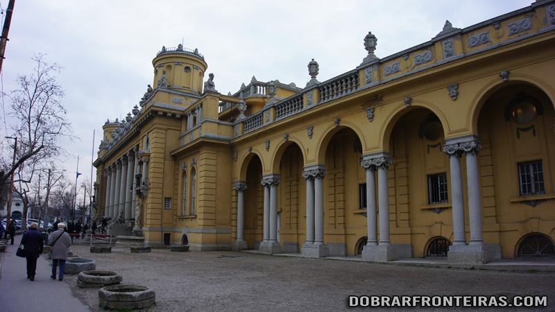 Fachada das piscinas de Széchenyi