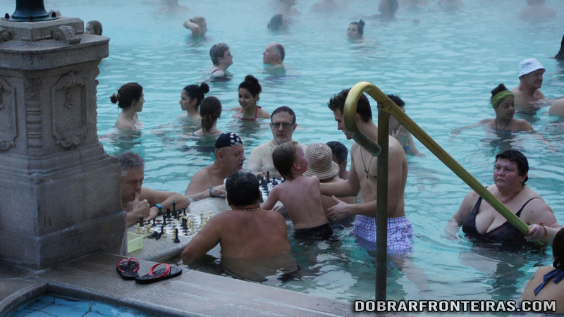Jogar xadrez nas piscinas de Széchenyi, Budapeste