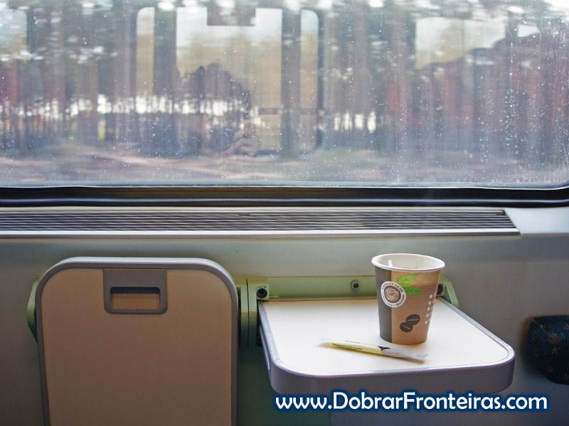 Hora do café na viagem de comboio de Budapeste para Praga