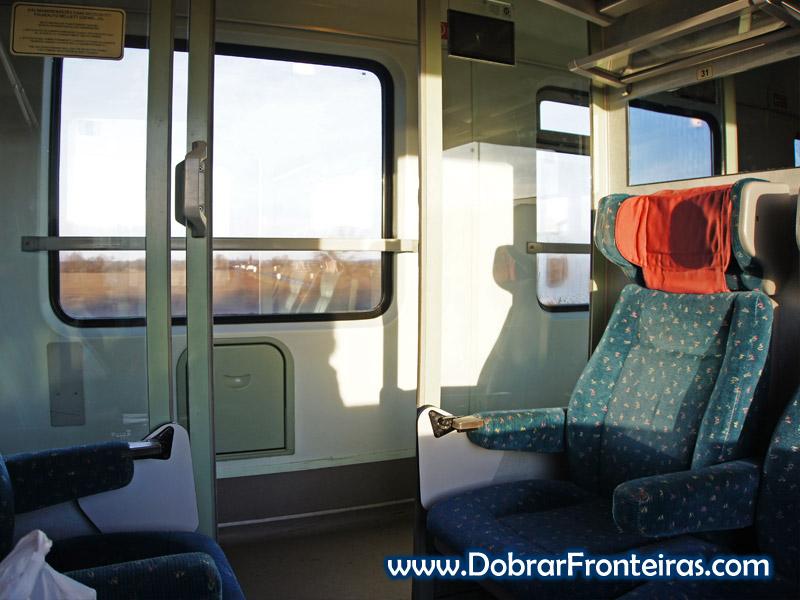 Interior da carruagem no comboio de Budapeste para Praga