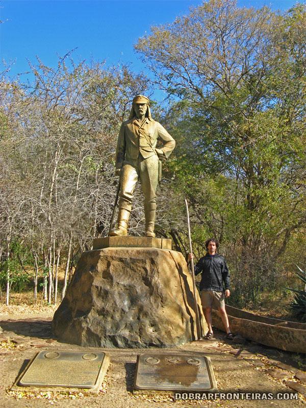 Eu junto à estátua de David Livingstone, no Zimbábue