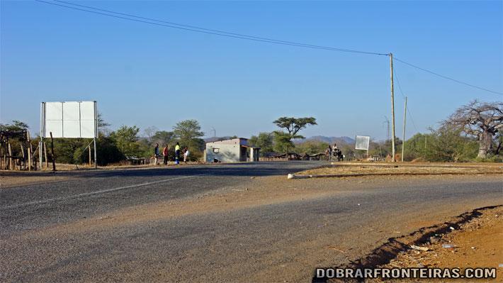Longas horas de espera no cruzamento de Chitima
