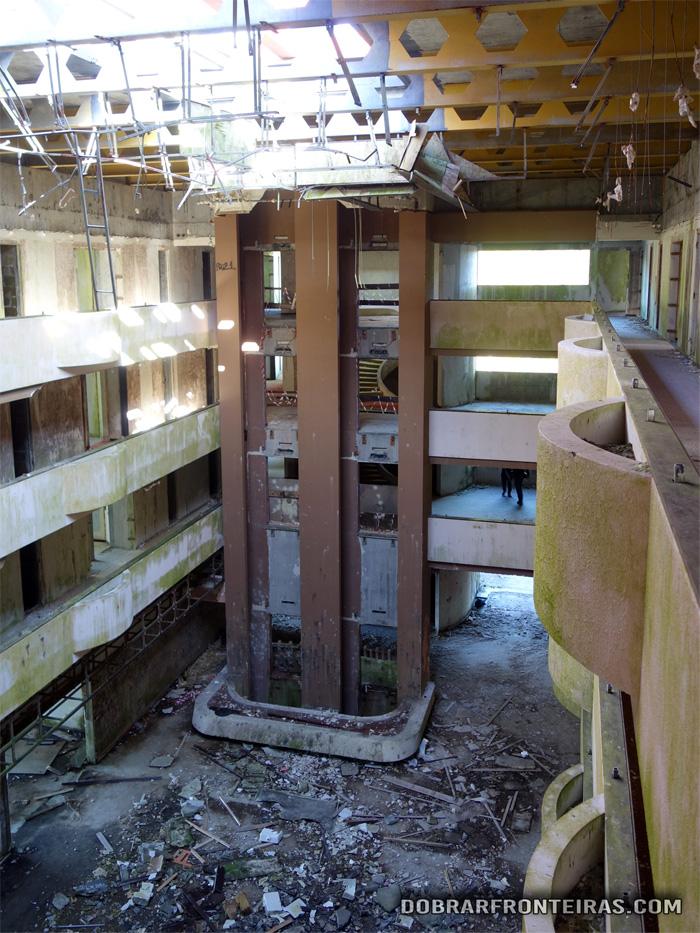 Pátio interior com a zona dos elevadores panorâmicos