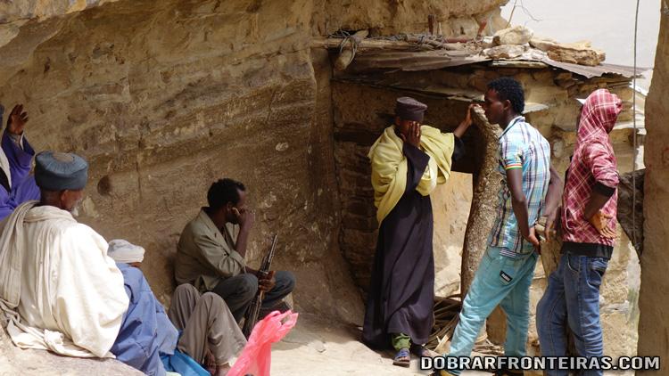 Jovens, anciões e o guarda de Debre Damo, Etiópia